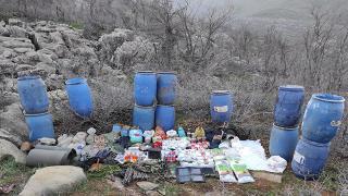 Hakkari'de teröristlere ait yaşam malzemeleri ele geçirildi