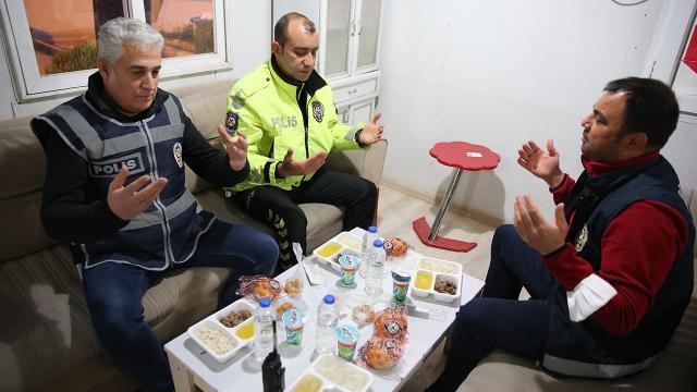 Polis ekipleri ilk iftarlarını görev başında açtı