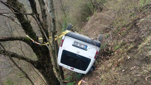 Kastamonuda hafif ticari araç şarampole devrildi: 2 yaralı
