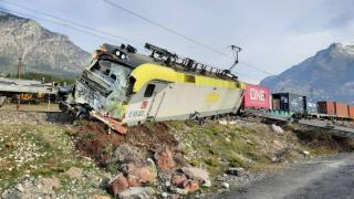 Adana'da yük trenleri çarpıştı: 2 makinist yaralandı