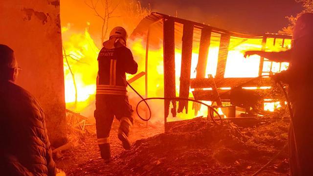 Muğlada depoda çıkan yangın ağıla da sıçradı