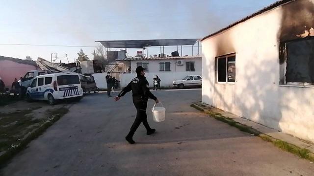 İtfaiye yangın çıkan eve ulaşamadı, polisler kovalarla su taşıdı