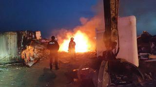 Zeytinburnu'nda karaya oturan gemide yangın çıktı