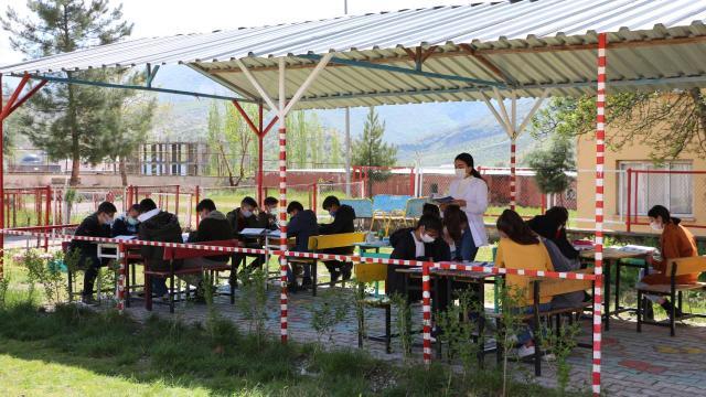 Şırnaklı öğrenciler derslerini açık hava sınıfında işliyor