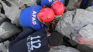 Kayalıklara sıkışan yaşlı kadın 3 gün sonra kurtarıldı