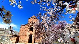 Akdamar Adası'nda ilkbahar güzelliği