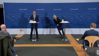 Danimarka İlaç Ajansı Bölüm Direktörü Erichsen basın toplantısında bayıldı