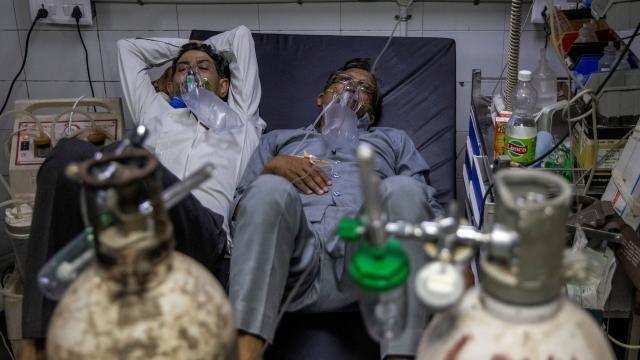 Hindistanda 24 hastanın oksijen yetersizliğinden öldüğü iddia edildi