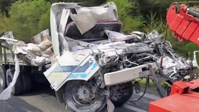 İzmirde freni patlayan kamyon devrildi: 1 ölü