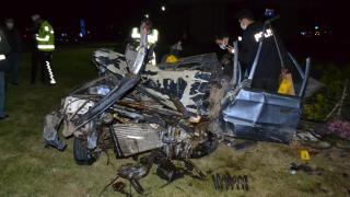 Edirne'de otomobil köprü ayağına çarptı: 1 ölü 2 yaralı