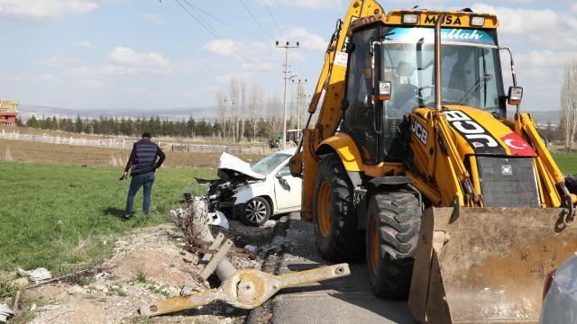 Ankarada otomobil elektrik direğine çarptı: 4 yaralı