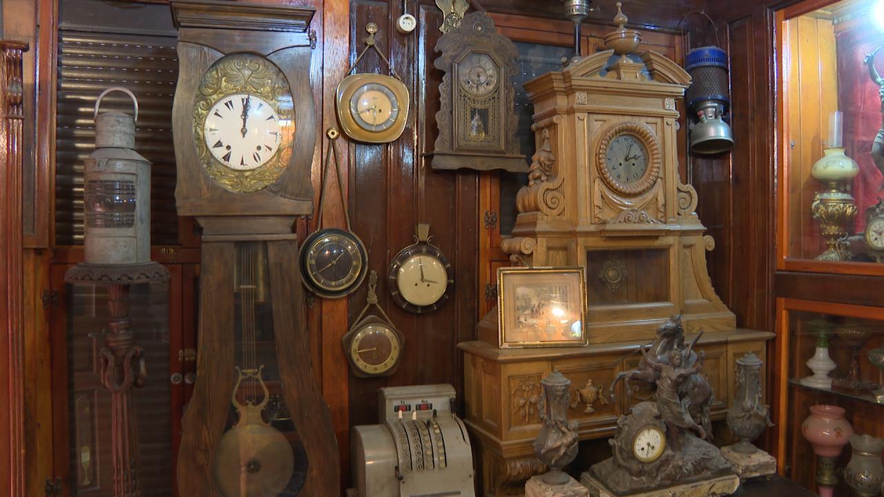 140 yıllık 3 katlı evini antika sergi salonuna çevirdi