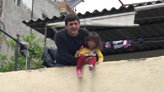 Adanada babasının rehin tutup damdan atmakla tehdit ettiği 4 yaşındaki çocuk kurtarıldı