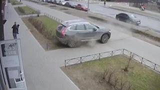 Rusya'da baba ve oğlu otomobilin altında kalmaktan son anda kurtuldu