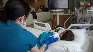 Sağlık çalışanlarının şefkatli elleri, Covid-19'lu çocuk hastaların da üzerinde