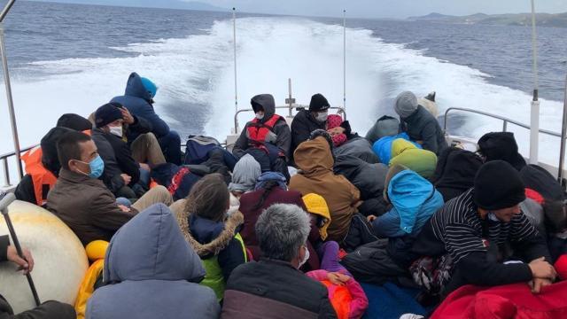 Türk kara sularına itilen 51 düzensiz göçmen kurtarıldı