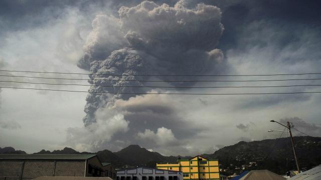 Karayiplerde yanardağ patlaması: İnsani kriz aylarca sürebilir