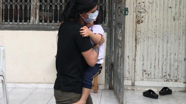 Adanada balkondan aşağıya sarkan çocuğu itfaiye kurtardı
