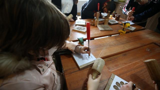 """""""Özel çocuklar"""" ahşap oymacılık sanatıyla el becerilerini geliştirdi"""