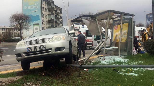 Ankarada otomobil otobüs durağına çarptı: 1 yaralı