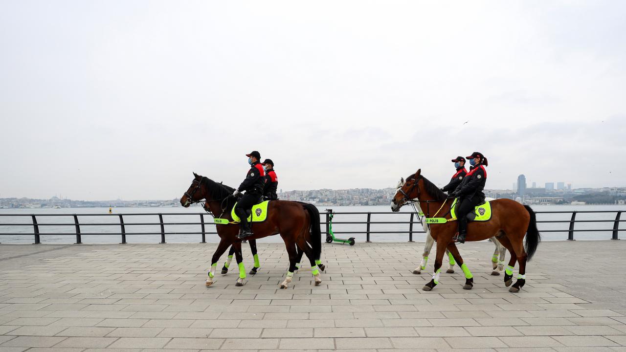 Atlı polislerden Üsküdar'da koronavirüs denetimi
