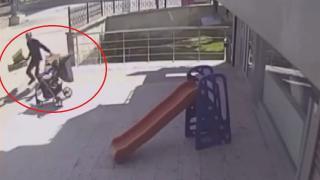 Bebek arabasını yola düşmekten son anda kurtardı