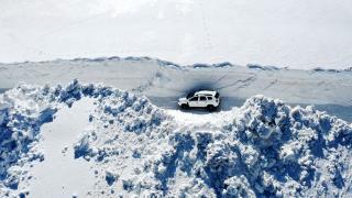 Bahar ayında 10 metrelik karla mücadele ediyorlar