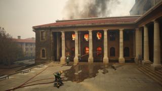 Güney Afrika'da yangın, üniversiteye sıçradı