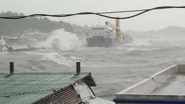 """Filipinlerde """"tayfun"""" alarmı: 68 bin kişi evlerini terk etti"""