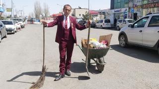 Göle'nin takım elbiseli temizlik işçisi