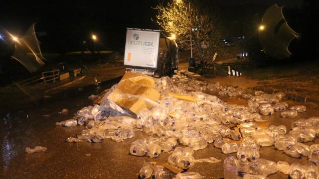 İzmirde kazanın ardından su şişeleri yola savruldu