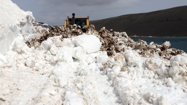 Ağrıda 6 aydır kapalı olan Balık Gölü ile çevre köy yolları ulaşıma açıldı