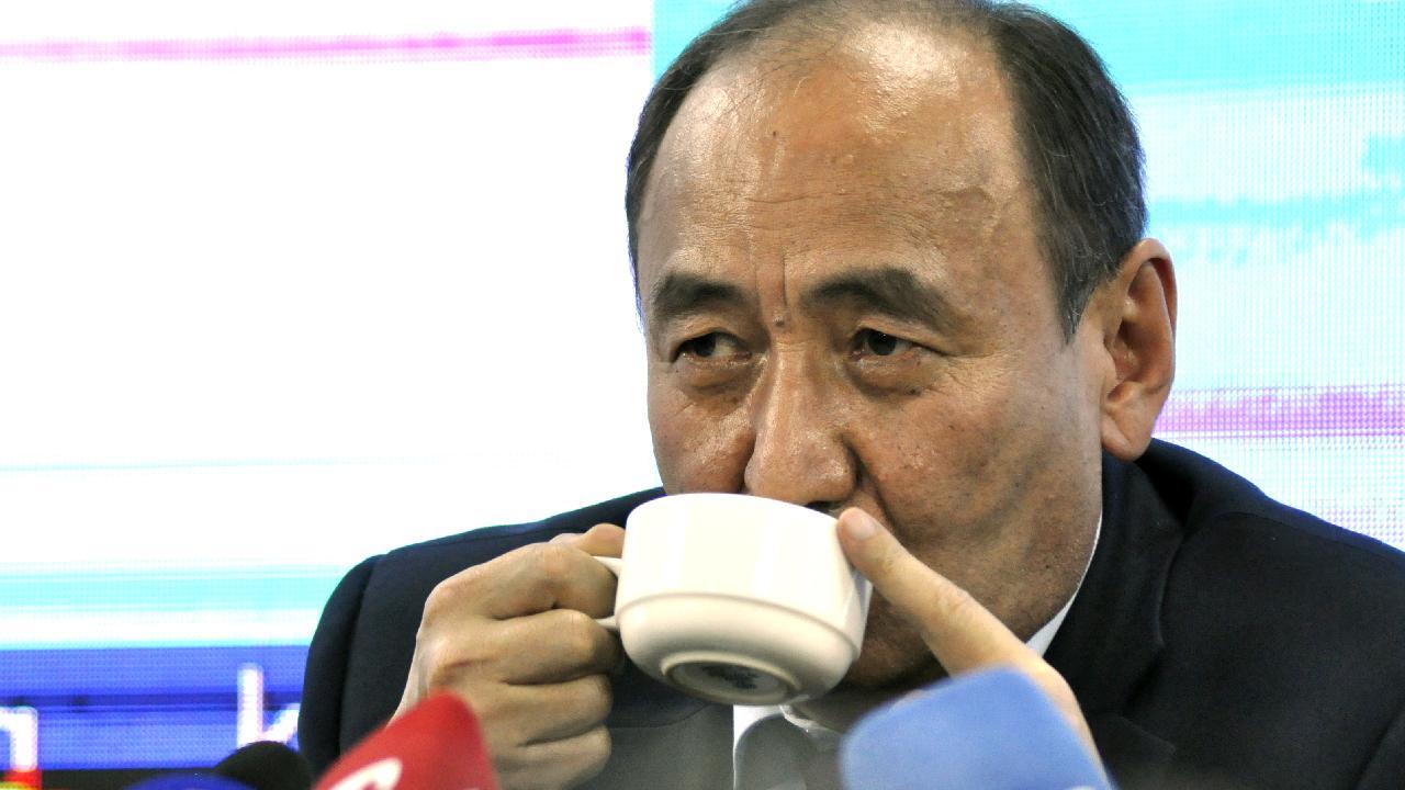 Kırgız Bakan virüse karşı 'zehirli bitki çayı' içti