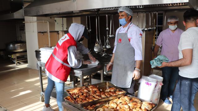 Vefa ekipleri ihtiyaç sahibi 65 yaş ve üstü vatandaşlara iftar yemeği ulaştırıyor