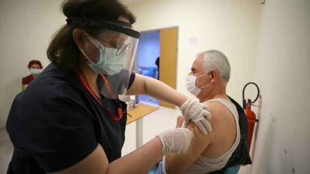 Aşı sonrası 65 yaş üzerinde vakalar yarı yarıya azaldı
