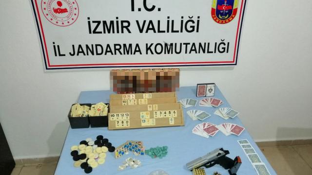 İzmirde kumar oynayan ve Covid-19 tedbirlerine uymayan 21 kişiye para cezası