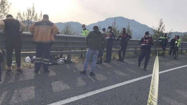 Yarış motosikleti kontrolden çıktı, bariyerlere çarptı: 2 ölü