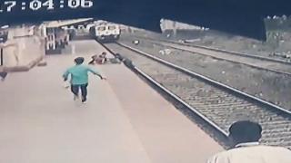 Hindistan'da istasyon çalışanı raylara düşen çocuğu son anda kurtardı