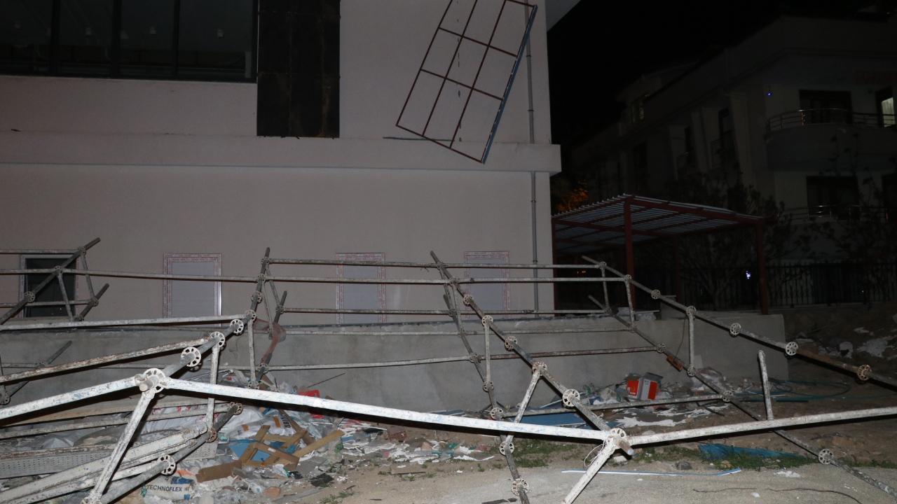 Fırtına evin duvarını yıktı, ağaçları devirdi