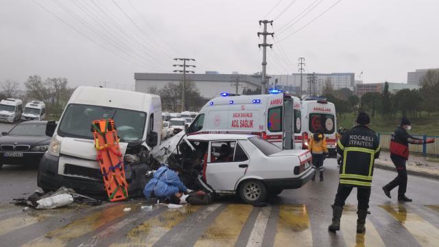 Kocaelide 6 kişinin yaralandığı otomobil ile panelvanın çarpışması güvenlik kamerasına yansıdı