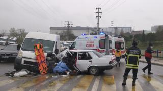 Kocaeli'de 6 kişinin yaralandığı otomobil ile panelvanın çarpışması güvenlik kamerasına yansıdı
