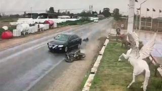 İzmir'de otomobilin çarptığı motosiklet sürücüsü ağır yaralandı