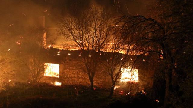 Uşakta yangın: 2 ev, 1 ahır kullanılamaz hale geldi