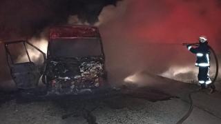 Van'da seyir halindeki minibüs yandı
