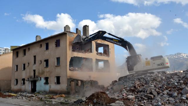 Muşta kentsel dönüşüm kapsamında 112 dairenin yıkımına başlandı