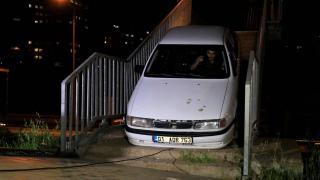 Yaya köprüsünden geçirilmeye çalışılan otomobil korkuluklara sıkıştı