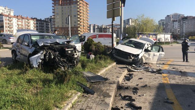 Ankarada iki otomobil kafa kafaya çarpıştı: 7 yaralı