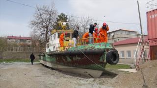 Öğrenciler okul bahçesine taşınan teknede uygulamalı eğitim görüyor