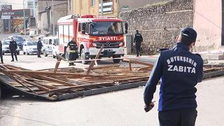Erzurum'da fırtına evlerin çatısını uçurdu