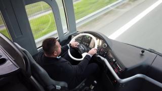 Otobüsün şoför koltuğunda belediye başkanı var
